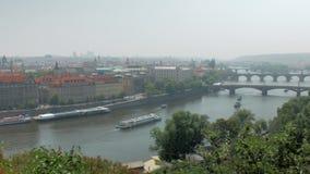 布拉格市、著名伏尔塔瓦河河和桥梁的令人惊讶的顶面全景在它 股票视频