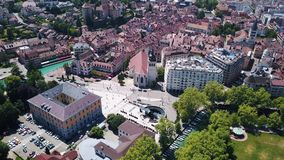 布拉格市中心,与红色屋顶的老欧洲大厦鸟瞰图在渠道附近在热的夏日 r 股票录像
