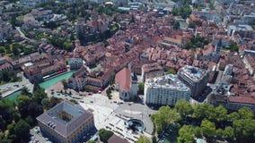 布拉格市中心,与红色屋顶的老欧洲大厦鸟瞰图在渠道附近在热的夏日 r 股票视频