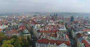 布拉格市大教堂的美好的全景鸟瞰图从上面有老镇和伏尔塔瓦河河的 惊人的城市 影视素材
