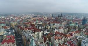 布拉格市大教堂的美好的全景鸟瞰图从上面有老镇和伏尔塔瓦河河的 惊人的城市 股票视频