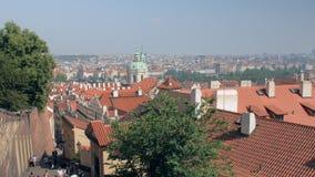 布拉格市都市风景有教会红色屋顶和圆顶的  股票视频