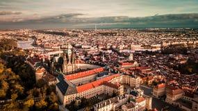 布拉格市鸟瞰图从Petrin小山边的 库存照片