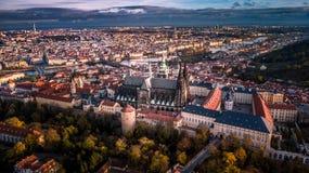 布拉格市鸟瞰图从Petrin小山边的 免版税库存照片