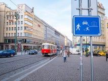 布拉格捷克- 2018年2月19日:在老街道的电车在布拉格,包括大多城市少校站点,成为了联合国科教文组织列出 库存图片