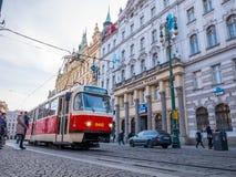 布拉格捷克- 2018年2月19日:在老街道的电车在布拉格,包括大多城市少校站点,成为了联合国科教文组织列出 免版税库存照片