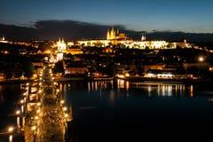 布拉格晚上全景 布拉格城堡在伏尔塔瓦河河的鸟瞰图和查理大桥从老镇跨接塔 图库摄影