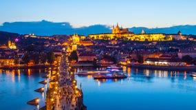 布拉格晚上全景 布拉格城堡在伏尔塔瓦河河的鸟瞰图和查理大桥从老镇跨接塔 免版税库存照片
