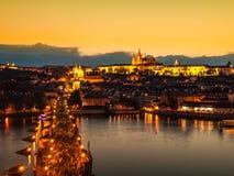 布拉格晚上全景 布拉格城堡在伏尔塔瓦河河的鸟瞰图和查理大桥从老镇跨接塔 库存图片