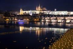 布拉格查尔斯桥梁和Hradcany在晚上防御 免版税图库摄影