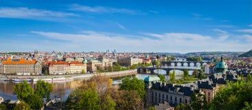 布拉格桥梁全景在伏尔塔瓦河河的从Letna Pa 免版税库存图片