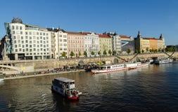 布拉格江边和游览小船 免版税库存照片