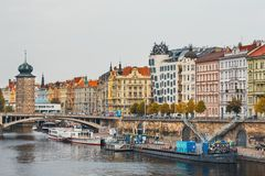 布拉格的历史中心看法有美丽的历史廉价公寓的 库存图片