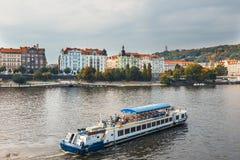 布拉格的历史中心看法有美丽的历史廉价公寓的 库存照片