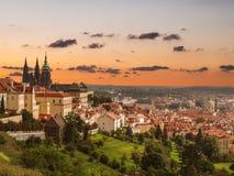布拉格的历史的部分的看法有圣Vitus大教堂的日落的 免版税库存图片