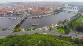 布拉格的桥梁,老和新的城市空中射击,缓慢的flythrough 股票视频
