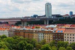 布拉格的老和新面孔-当代办公室摩天大楼和 免版税库存图片