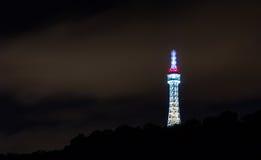 布拉格监视塔(也称小艾菲尔铁塔)在与夜照明的Petrin小山 库存图片