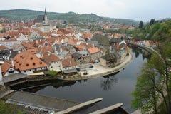 布拉格红色屋顶 河伏尔塔瓦河的美丽如画的河岸 免版税库存照片