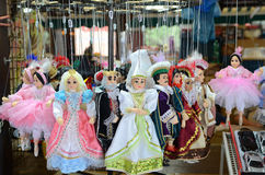 布拉格纪念品,由在礼品店的木头做的传统木偶 布拉格是捷克资本和大城市 免版税图库摄影
