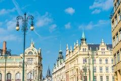 布拉格美丽如画的城市全景  一个晴天在一个老城市 免版税库存图片