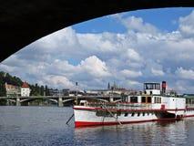 布拉格老历史城堡全景在天期间看在有船的, Hradcany,捷克桥梁下 免版税库存图片