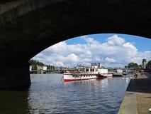 布拉格老历史城堡全景在天期间看在有船的, Hradcany,捷克桥梁下 库存照片