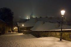 布拉格老城镇的布拉格城堡楼梯在冬天晚上 库存图片