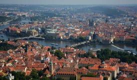 布拉格老市红色屋顶全景高峰都市风景视图,捷克 免版税库存照片