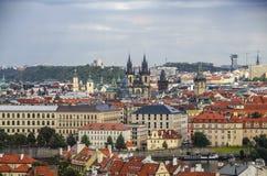 布拉格老镇全景有红色屋顶、著名查尔斯桥梁和伏尔塔瓦河河的,捷克 免版税库存图片