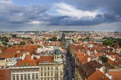 布拉格老镇全景有红色屋顶、著名查尔斯桥梁和伏尔塔瓦河河的,捷克 免版税库存照片