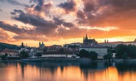 布拉格老镇包括布拉格城堡在背景中,一个o 免版税库存照片