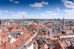 布拉格老镇有美丽的房子的有瓦片和一座老城堡的 库存图片