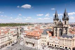 布拉格老镇有美丽的房子的有瓦片和一座老城堡的 免版税库存照片