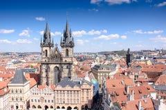 布拉格老镇有美丽的房子的有瓦片和一座老城堡的 图库摄影