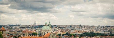 布拉格老镇风雨如磐的看法从Letna公园的 免版税库存照片