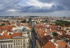布拉格老镇,著名查尔斯景色全景有红色屋顶的从上面 免版税图库摄影