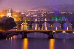 布拉格著名桥梁在晚上 库存照片