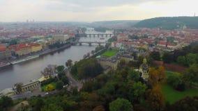布拉格视图空中射击,秋天通过都市风景飞行,老桥梁 股票录像