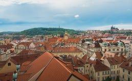 布拉格视图从上面自与多云蓝天的白天 库存图片