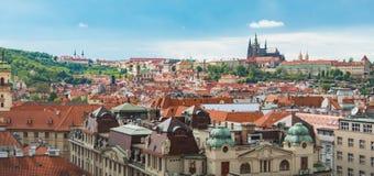 布拉格视图从上面自与多云蓝天的白天 免版税库存图片