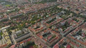 布拉格都市风景,在城市的飞行 布拉格市全景的鸟瞰图从上面 股票视频