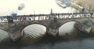 布拉格,在城市的飞行,顶视图,查理大桥,伏尔塔瓦河河顶视图  影视素材