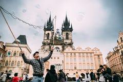布拉格,捷克共和国 人在老镇中心做肥皂泡 库存照片