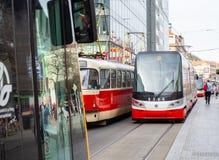 布拉格,捷克共和国 在市中心街道的电车  免版税库存照片