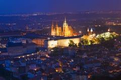 布拉格,捷克共和国 布拉格城堡,圣Vitus大教堂夜视图  一点镇,在夜照明设备的布拉格城堡 图库摄影