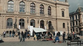 布拉格,捷克共和国2017年10月26日,摄制电影 在街道上的一组电影工作人员在电影的一个阶段工作 股票视频