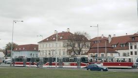 布拉格,捷克共和国2017年10月25日:在布拉格` s老街道上的老电车有游览日程的游人的 股票录像
