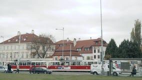 布拉格,捷克共和国2017年10月25日:在布拉格` s老街道上的老电车有游览日程的游人的 股票视频