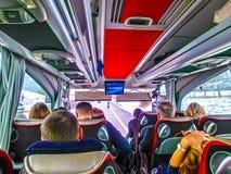 布拉格,捷克共和国- 2017年12月30日:游人坐在公共汽车上和看通过公共汽车窗口的小组 库存照片